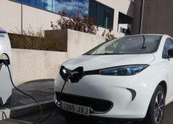 coche-electrico-punto-recarga