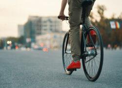 ¿Tengo que bajarme de la bicicleta para cruzar un paso de cebra si soy ciclista?